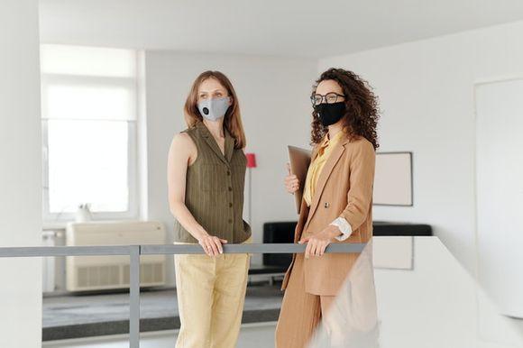 с маски на работното място в офиса